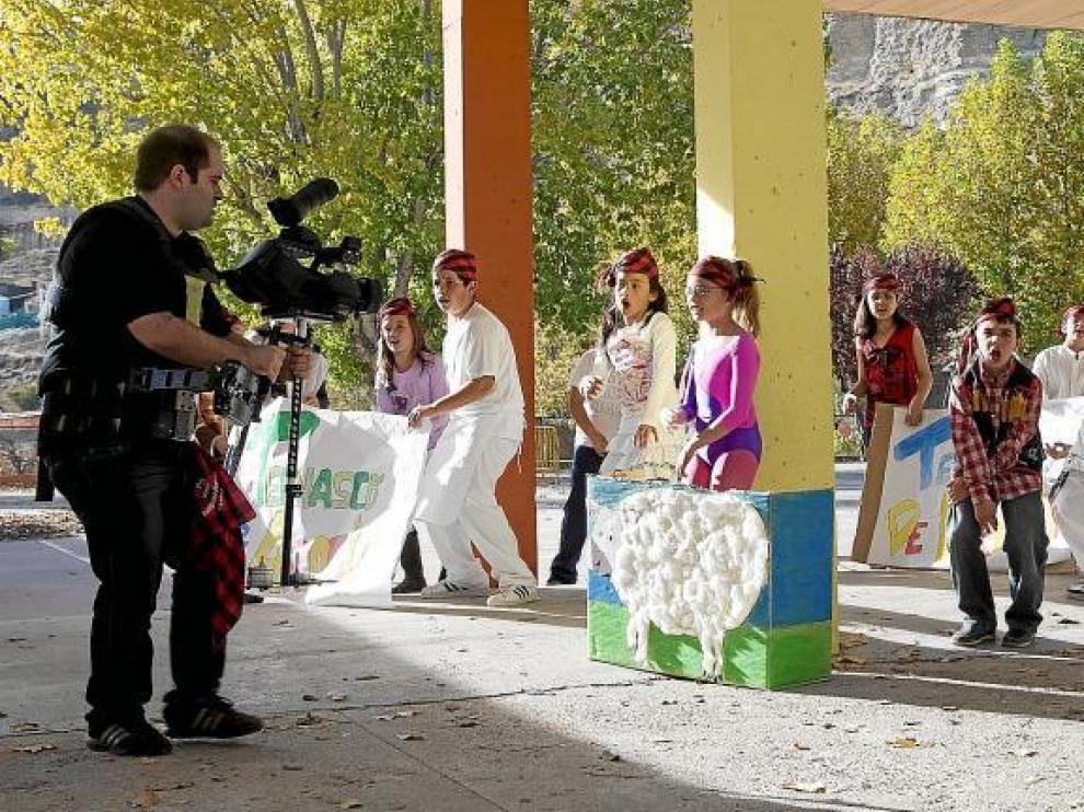 Los improvisados raperos bilbilitanos, ayer, en plena grabación de su vídeo en el patio del colegio.