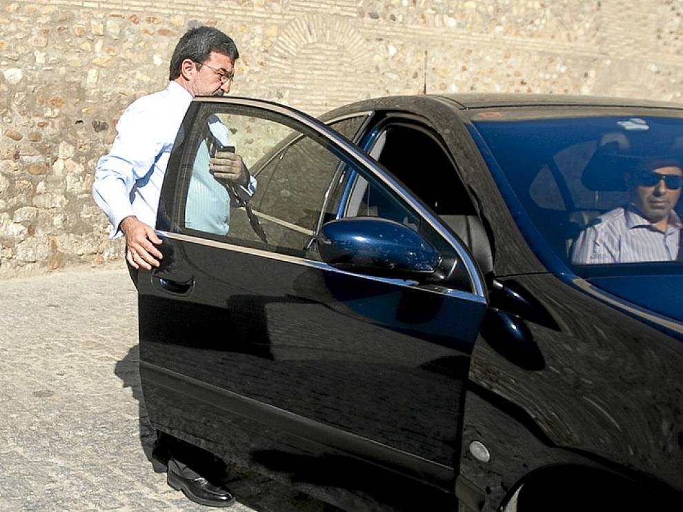 Ferrer continúa usando el coche oficial.