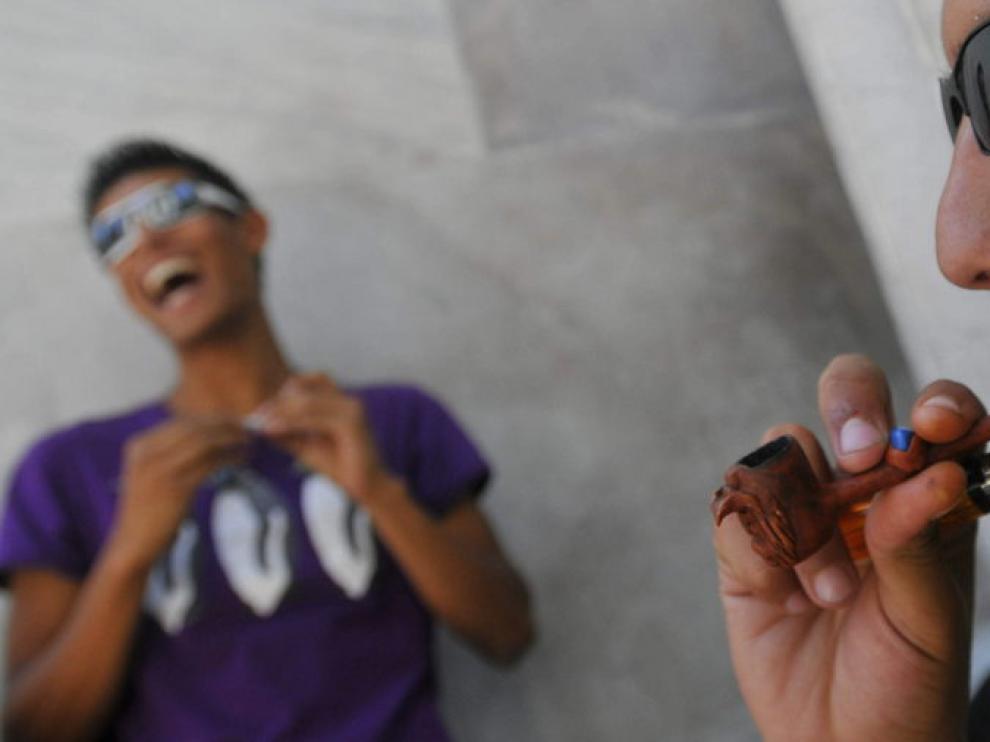 Un joven fumando marihuana