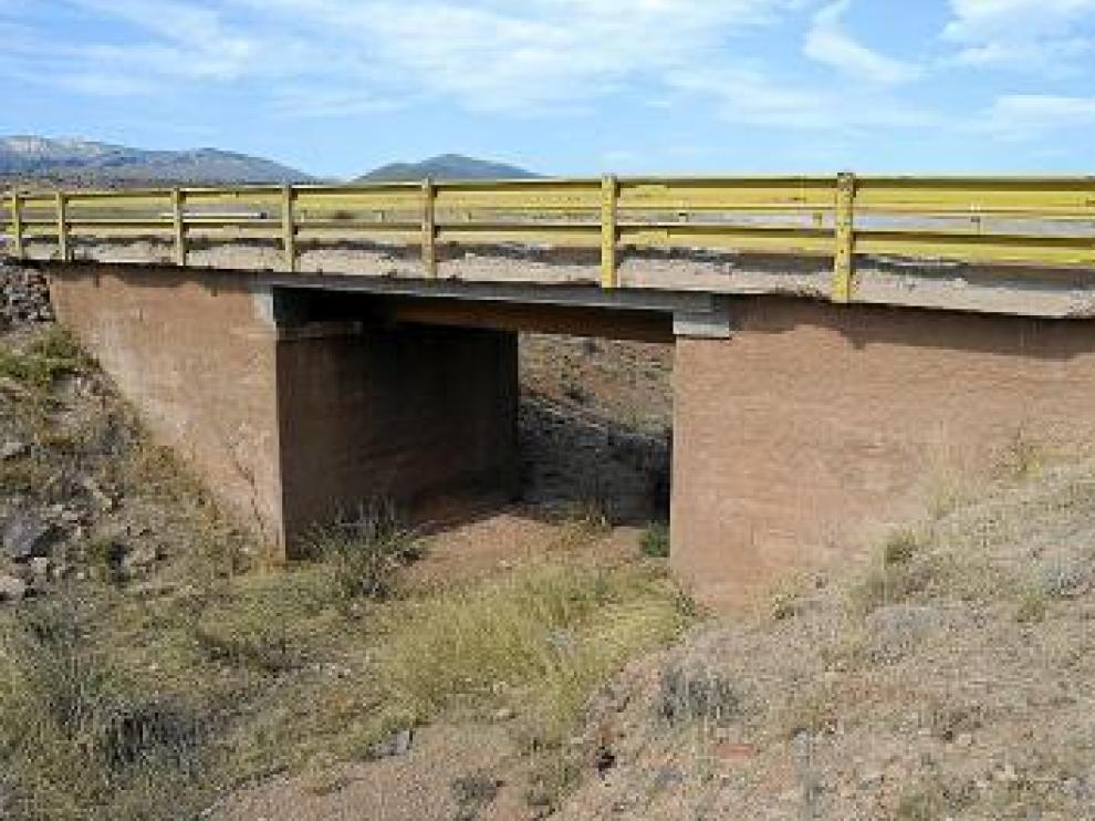 Este puente es estrecho, tiene grietas y la valla rota.