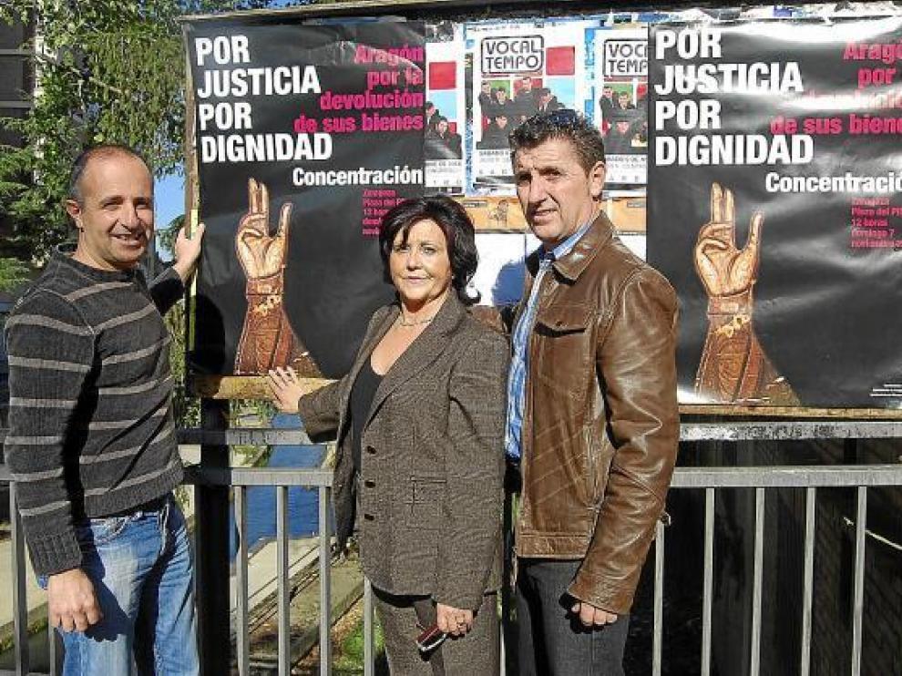 Los alcaldes de Berbegal, Peralta y Villanueva pegan carteles para la manifestación.