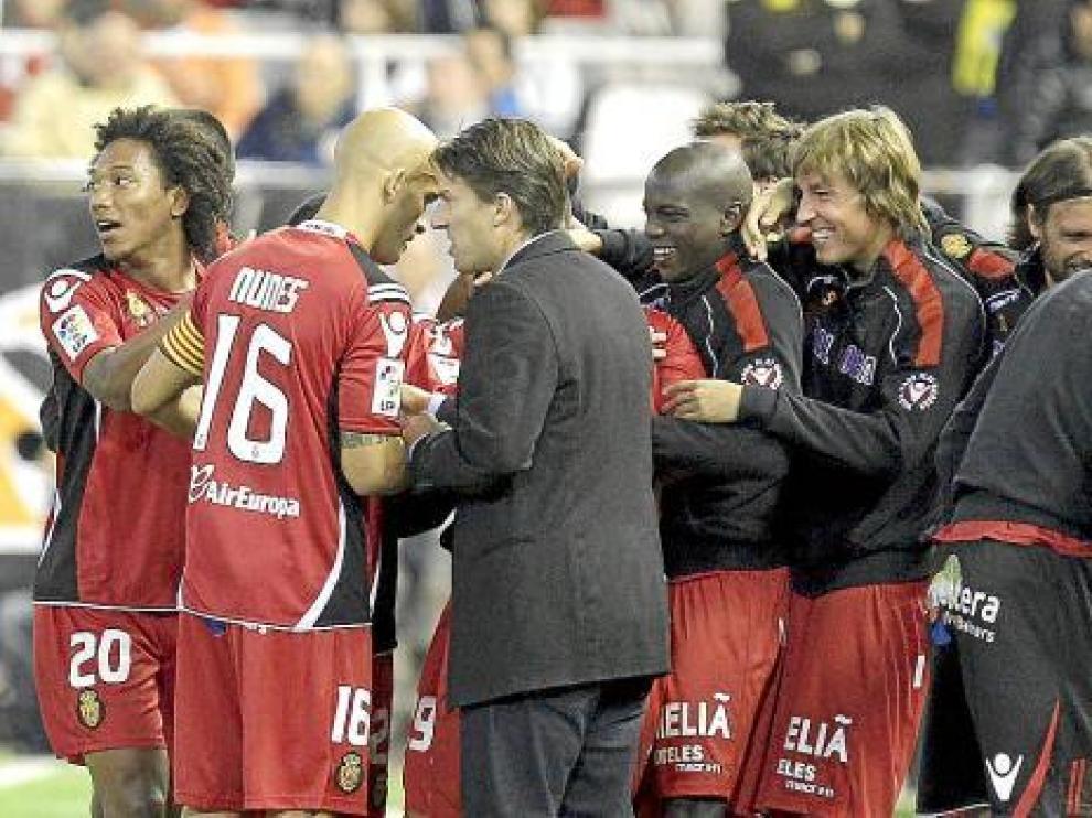 Michael Laudrup, en primer plano, celebra con sus jugadores el triunfo por 1-2 en el campo del Valencia.