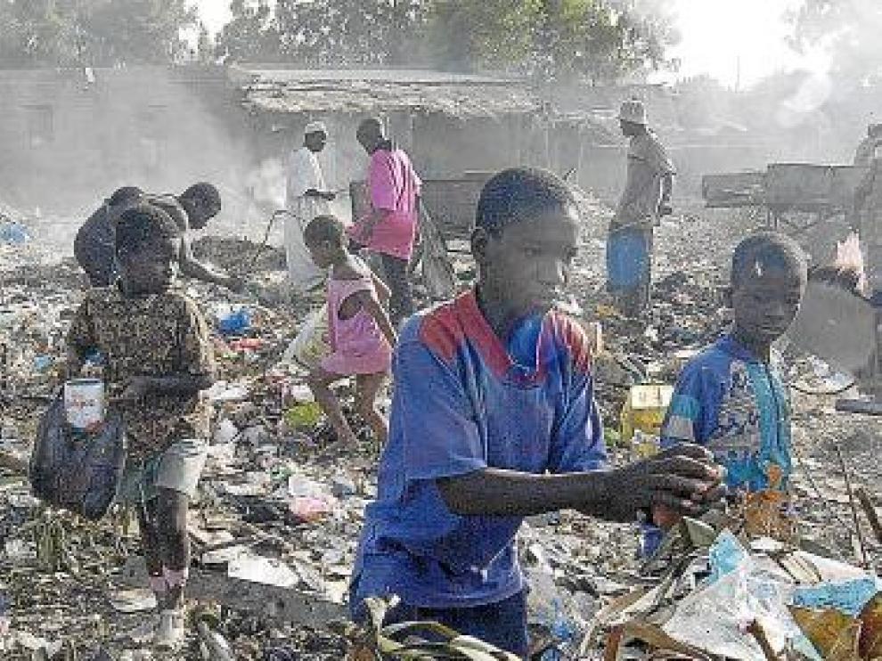 Varios niños de Mali recogen basura en un vertedero.
