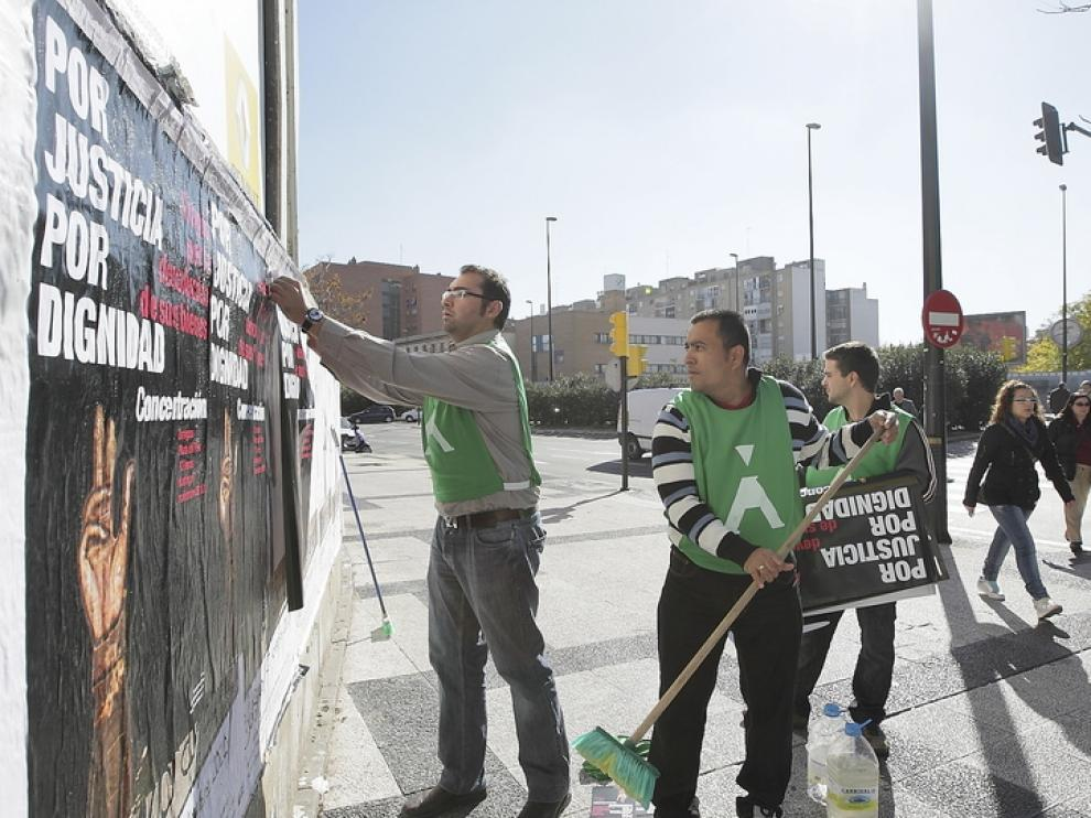Pegada de carteles de la concentración que se celebrará el domingo