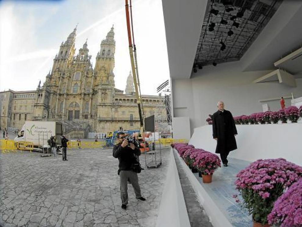 El arzobispo de Santiago, Julián Barrio, ayer en el escenario de los actos litúrgicos.