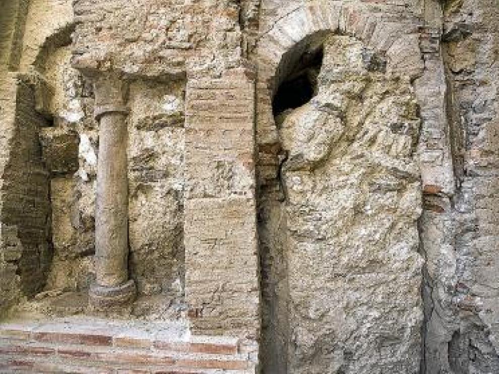 Restos de la puerta y la ventana descubiertas en el muro occidental.