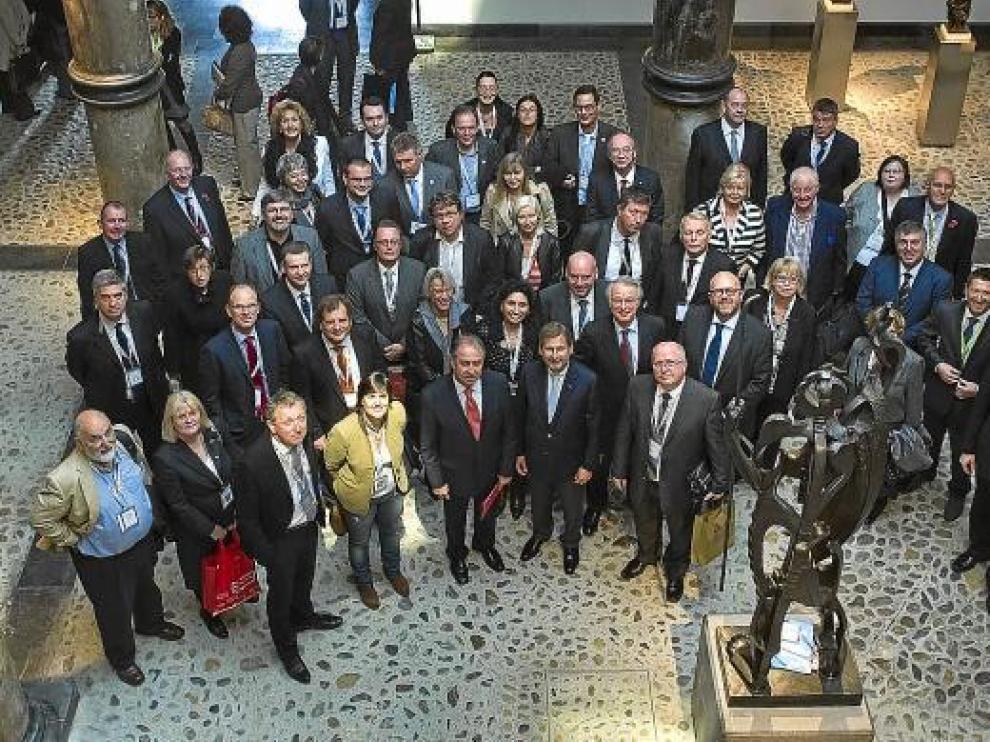 Los alcaldes participantes en la asamblea, frente al Profeta de Pablo Gargallo.