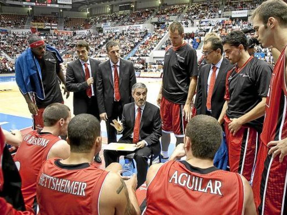 José Luis Abós da instrucciones a su equipo en un partido de esta temporada.