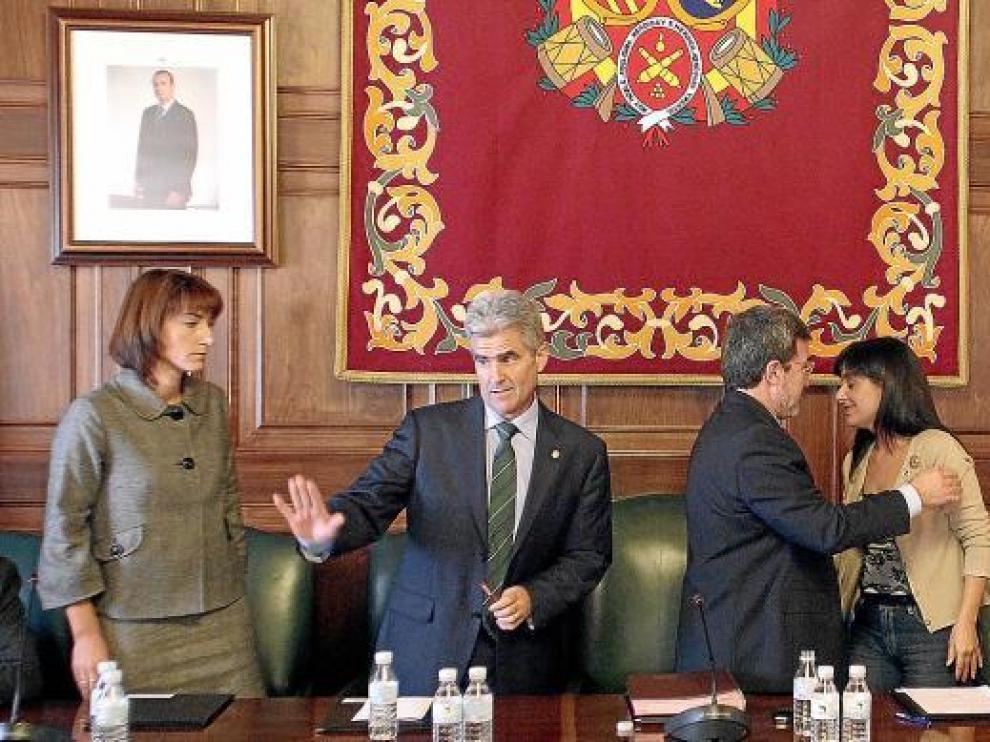 Alonso y Muñoz abandonan el pleno tras dimitir y Ferrer felicita a la alcaldesa accidental, Lucía Gómez.