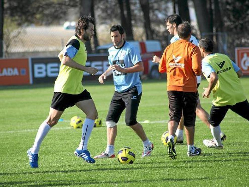 El centrocampista Juanjo Camacho avanza con el balón, en el entrenamiento de ayer del Huesca.
