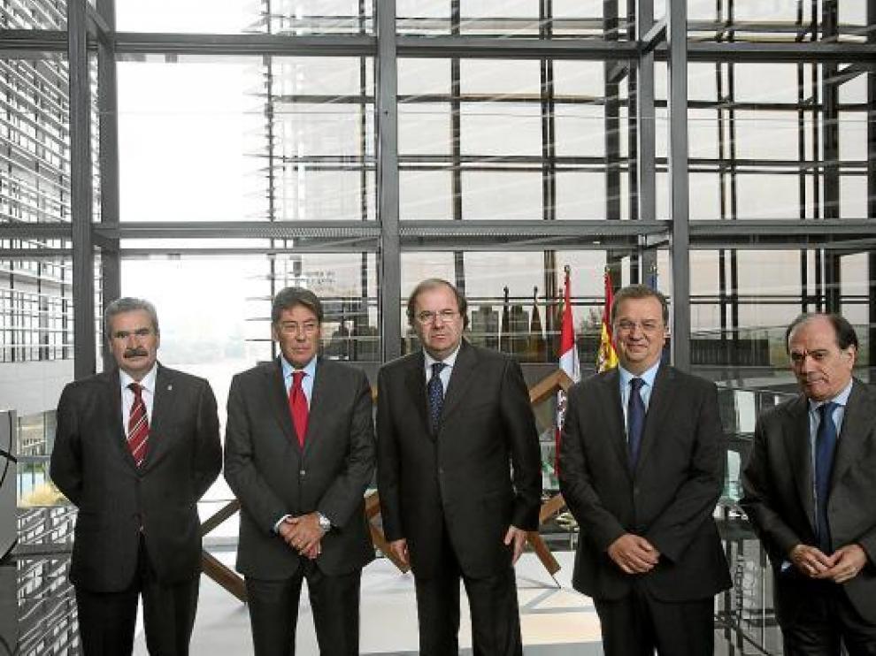 Aliaga -segundo por la izda.- y los representantes de las otras cuatro autonomías, en Valladolid.
