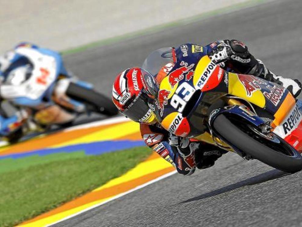 Márquez traza una curva, durante la jornada de entrenamientos de ayer en Valencia.