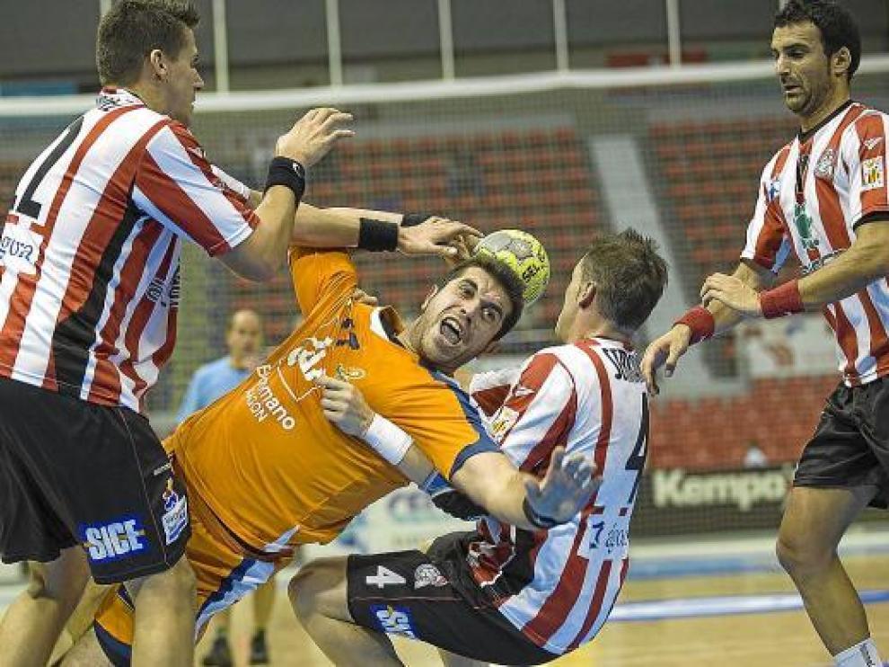 Carlos Prendes trata de superar a varios rivales en el partido frente al Alcobendas.