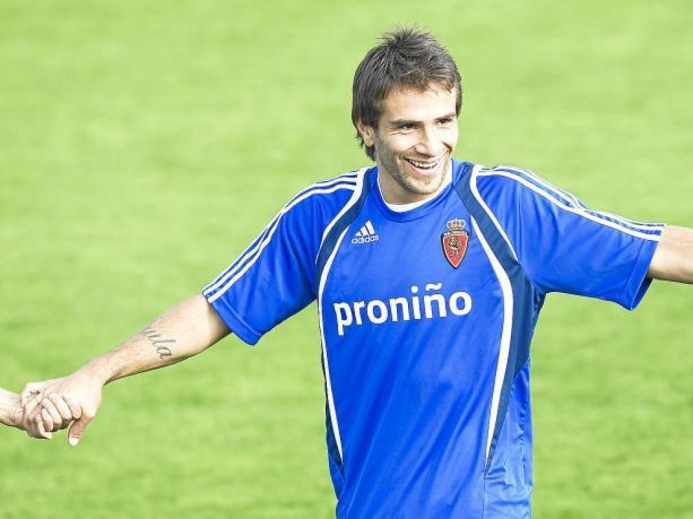 Leo Ponzio, ayer durante un ejercicio del entrenamiento, agarrado de las manos de otros compañeros.