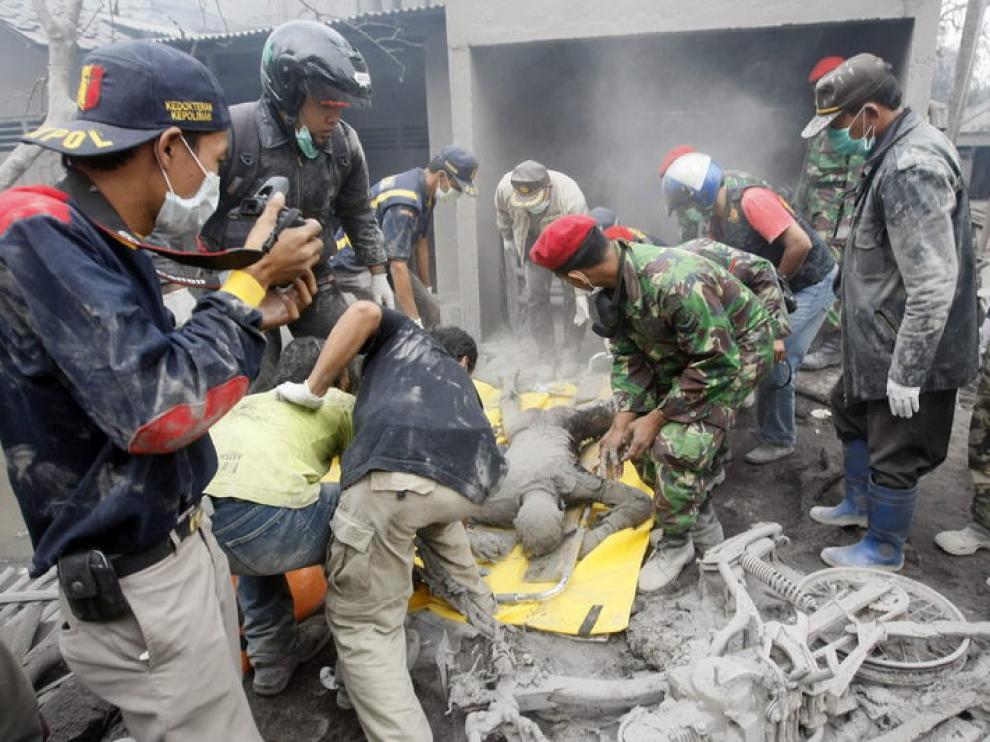 Las autoridades recogen los cadáveres provocados por la última erupción del volcán Merapi