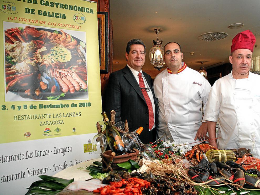 Jesús Porras, propietario de Las Lanzas; Pedro David Armingol, jefe de cocina, y Antonio Lusquiños, chef del Veiramar, de Arcade (Pontevedra).