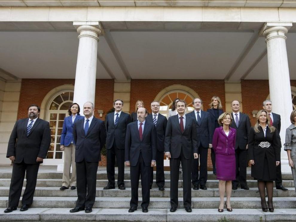 Los nuevos y antiguos ministros posan junto al presidente