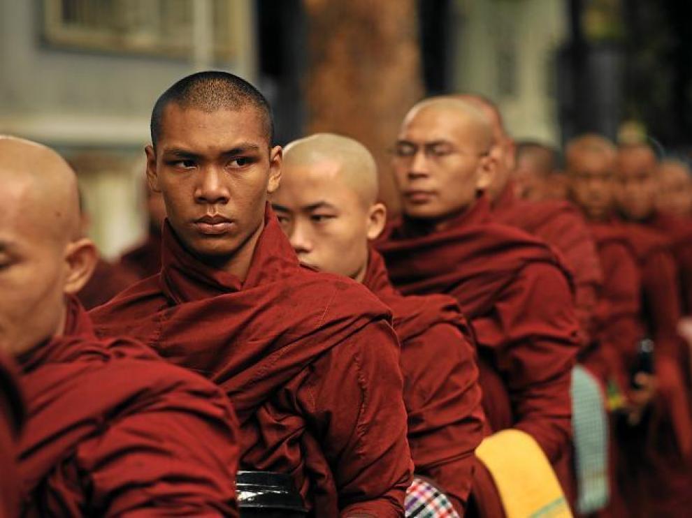 Monjes birmanos se dirigen al comedor en un monasterio cercano a Mandalay.