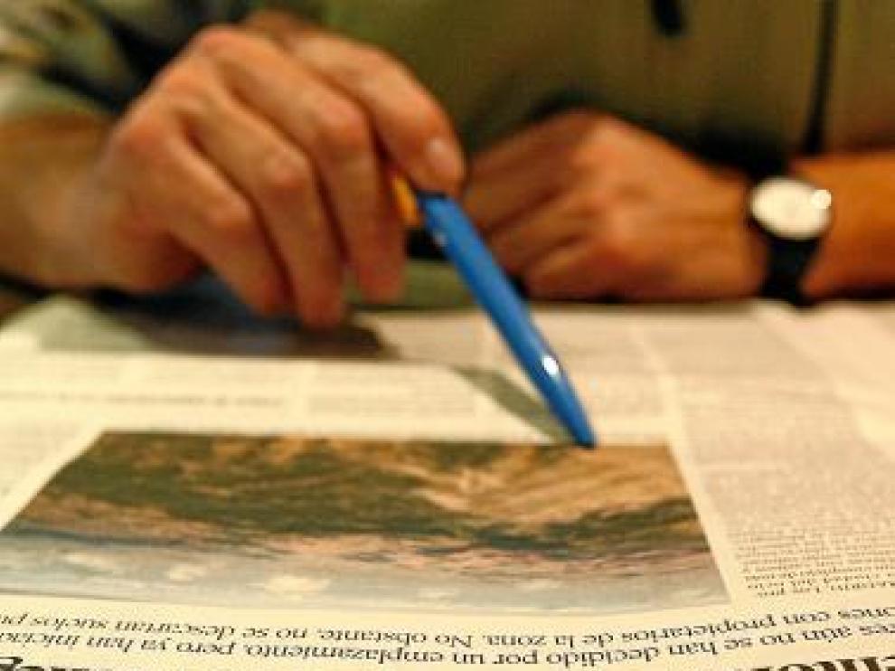 Un lector se informa en las páginas de HERALDO.