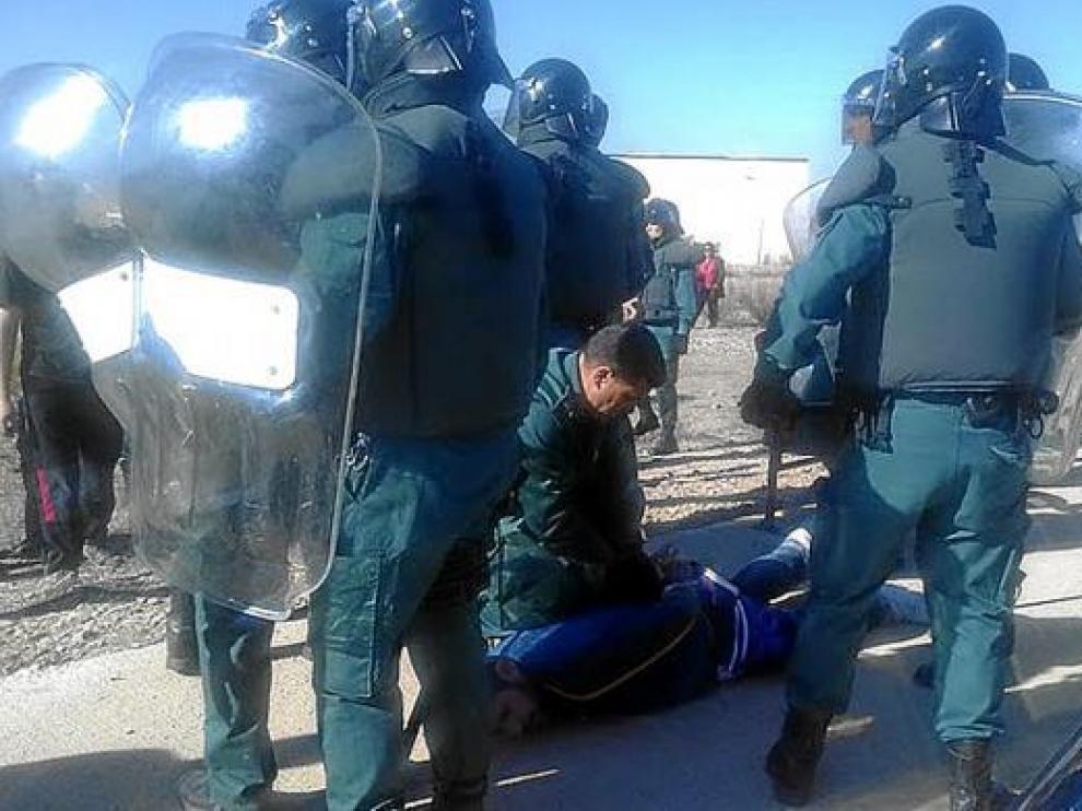 Un trabajador de Lear es reducido por la Guardia Civil el pasado jueves en Pedrola.