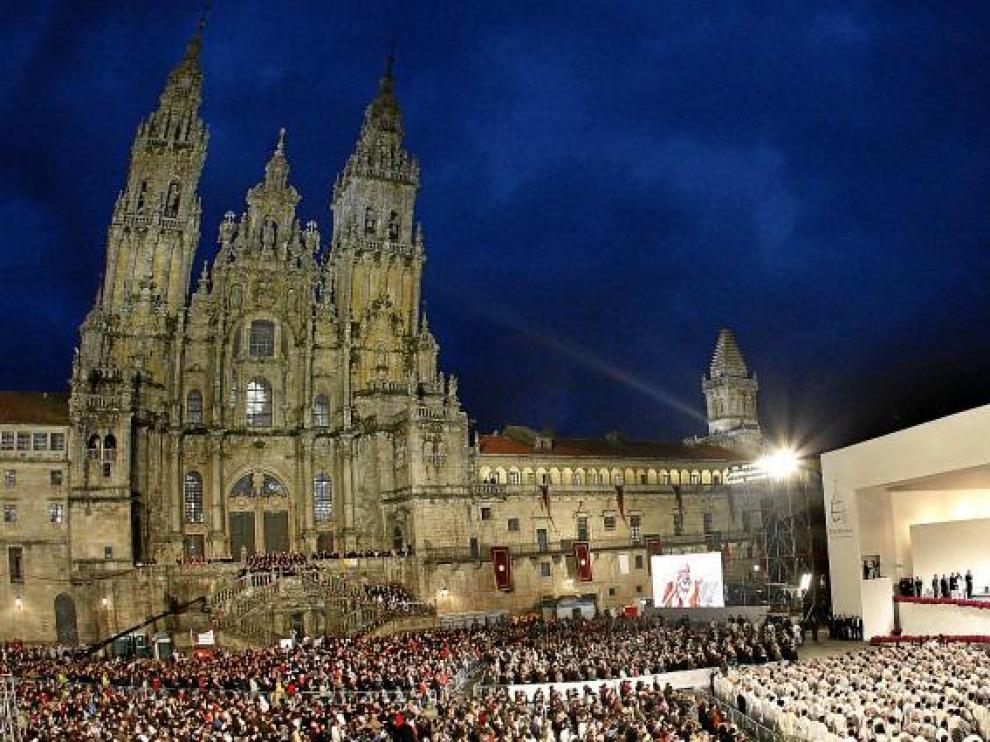 Aspecto que presentaba ayer la plaza del Obradoiro de Santiago de Compostela, con la catedral al fondo, durante la misa celebrada por el Papa.