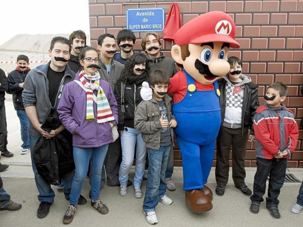 Súper Mario Bros posa junto a algunos de los futuros vecinos de Arcosur tras haber descubierto la placa.