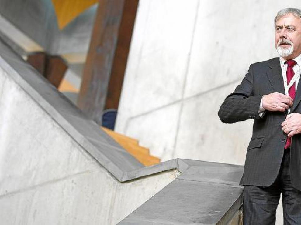 Adam Wasilewski se pone a punto para una reunión en Eurocities.