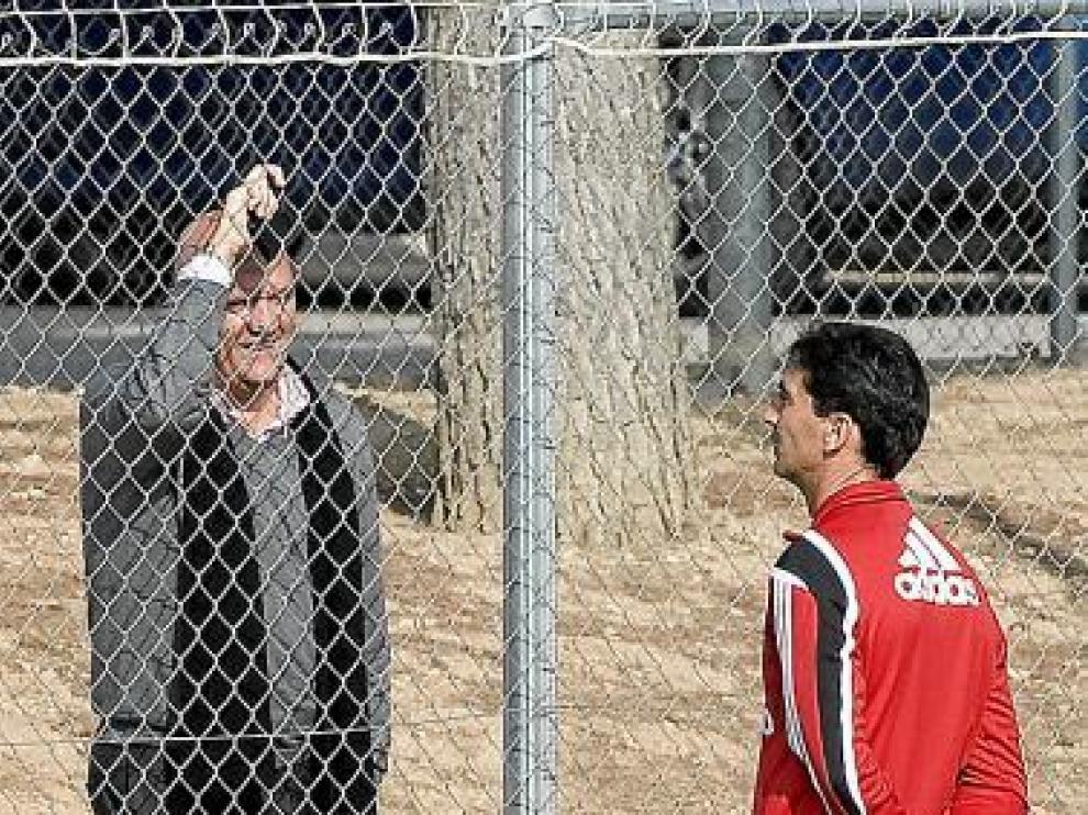 Gay habla con Herrera a través de la verja el pasado viernes.