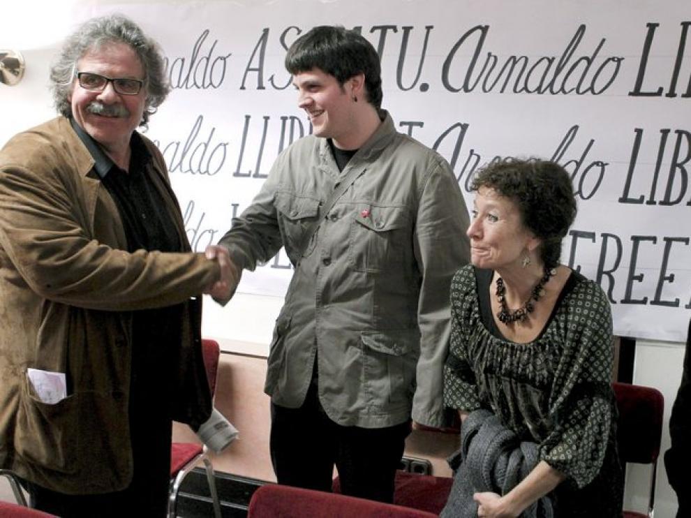 El dirigente de la izquierda abertzale, Tasio Erkizia (d); el diputado de ERC, Joan Tardá (i); el hijo de Arnaldo Otegi, Odei (2i); y Angeles Maestro (2d), de Corriente Roja (CR).