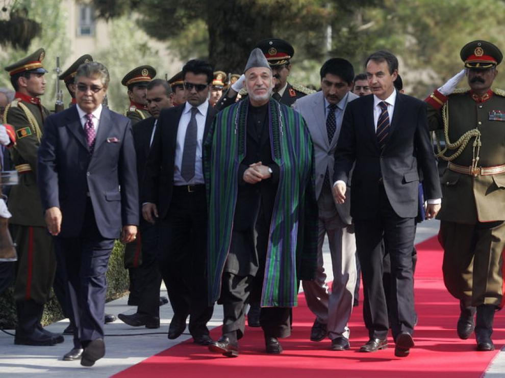 Zapatero, junto a Karzai en Afganistán