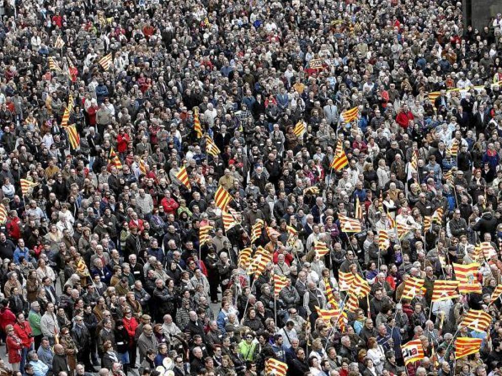 A pesar del cierzo, fueron muchas las personas que se concentraron en la plaza del Pilar para exigir los bienes retenidos en Cataluña.