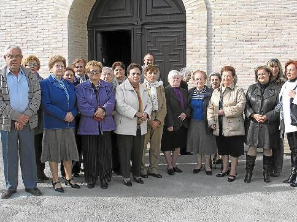 Los feligreses de Algayón, un pequeño núcleo de Tamarite de Litera, ayer a la salida de misa.