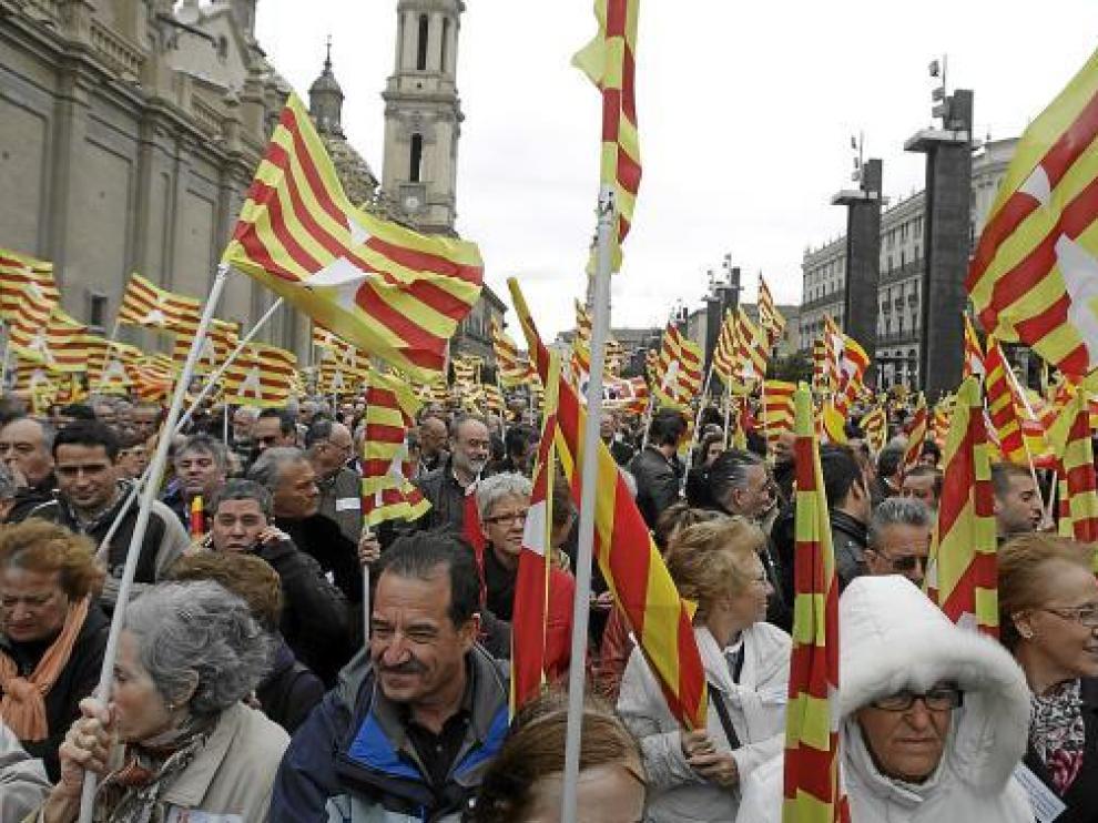 La plaza del Pilar, llena de manifestantes que portaban banderas de Aragón.