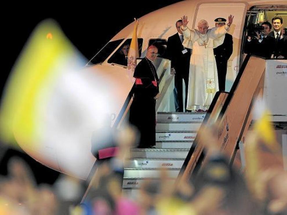 El Papa se despide en la escalerilla del avión para volar hacia el Vaticano, poco después de las 19.00.