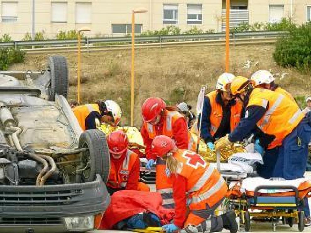 Los efectivos de emergencia durante el simulacro.