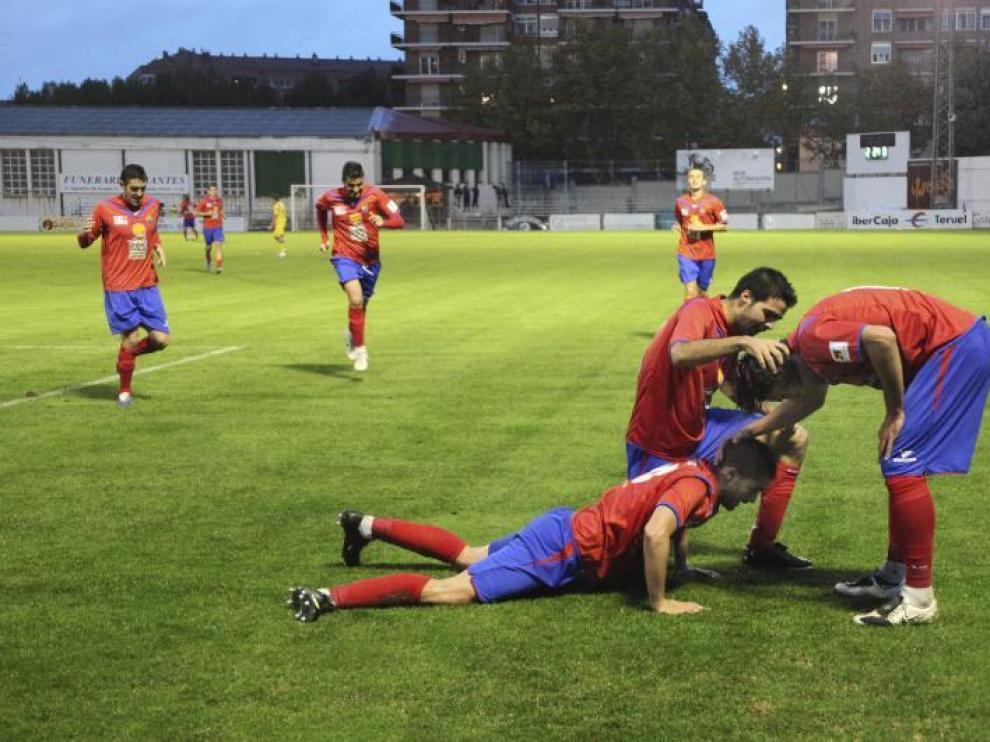 Los jugadores del Teruel celebran un gol.