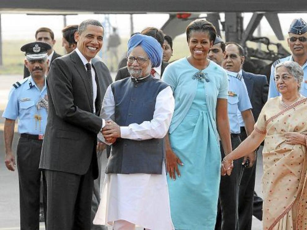 El primer ministro indio, Manmohan Singh (2i), y su esposa (dcha), reciben a los Obama en Delhi.