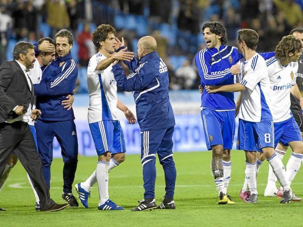 Los futbolistas del Real Zaragoza celebran por todo lo alto el triunfo ante Mallorca.