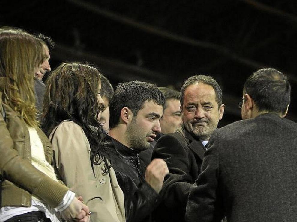 Agapito Iglesias, emocionado junto a su hijo, al término del encuentro.