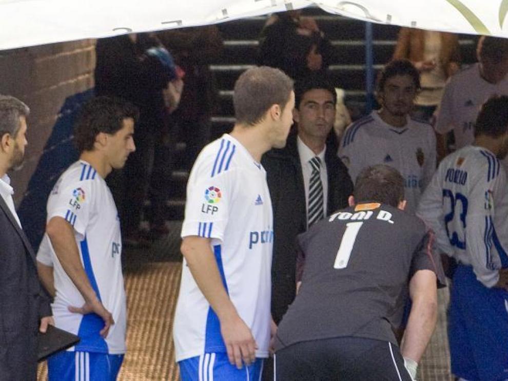 Aurelio Gay da las últimas consignas a los jugadores en el túnel de vestuarios justo antes de salir al campo.
