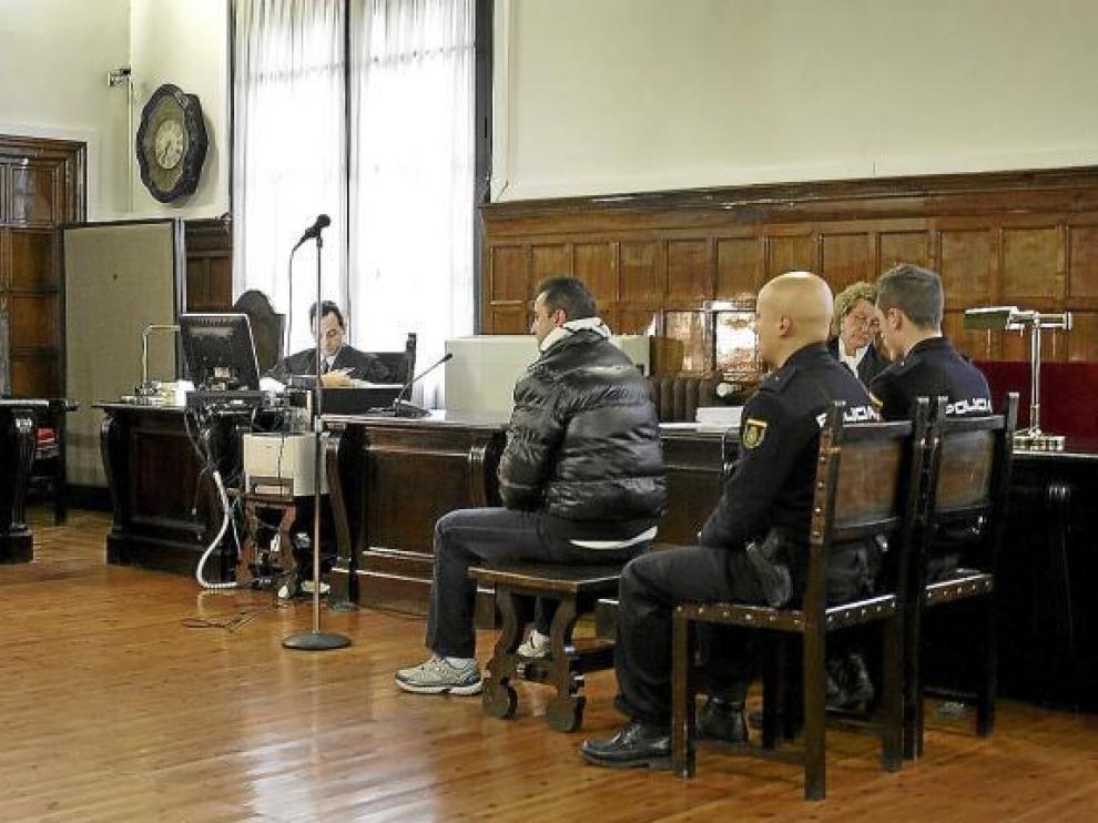 El acusado, Luis Miguel Gaspar, durante el juicio al lado de su abogada, Cristina Ruiz-Galbe.