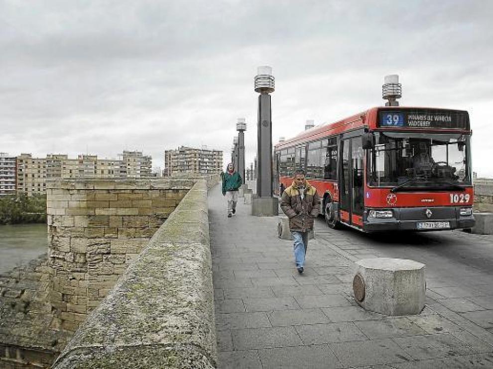 Un autobús de la línea 39, ayer, a su paso por el puente de Piedra de Zaragoza.