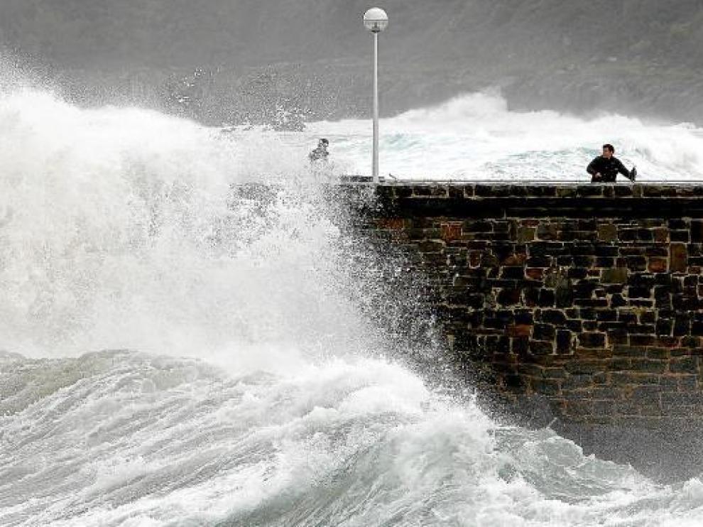 El oleaje golpea con fuerza el espigón de la playa de la Zurriola de San Sebastián.