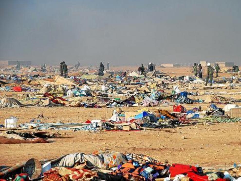 Agentes marroquíes desmantelan el campamento saharaui próximo a El Aaiún, ayer.
