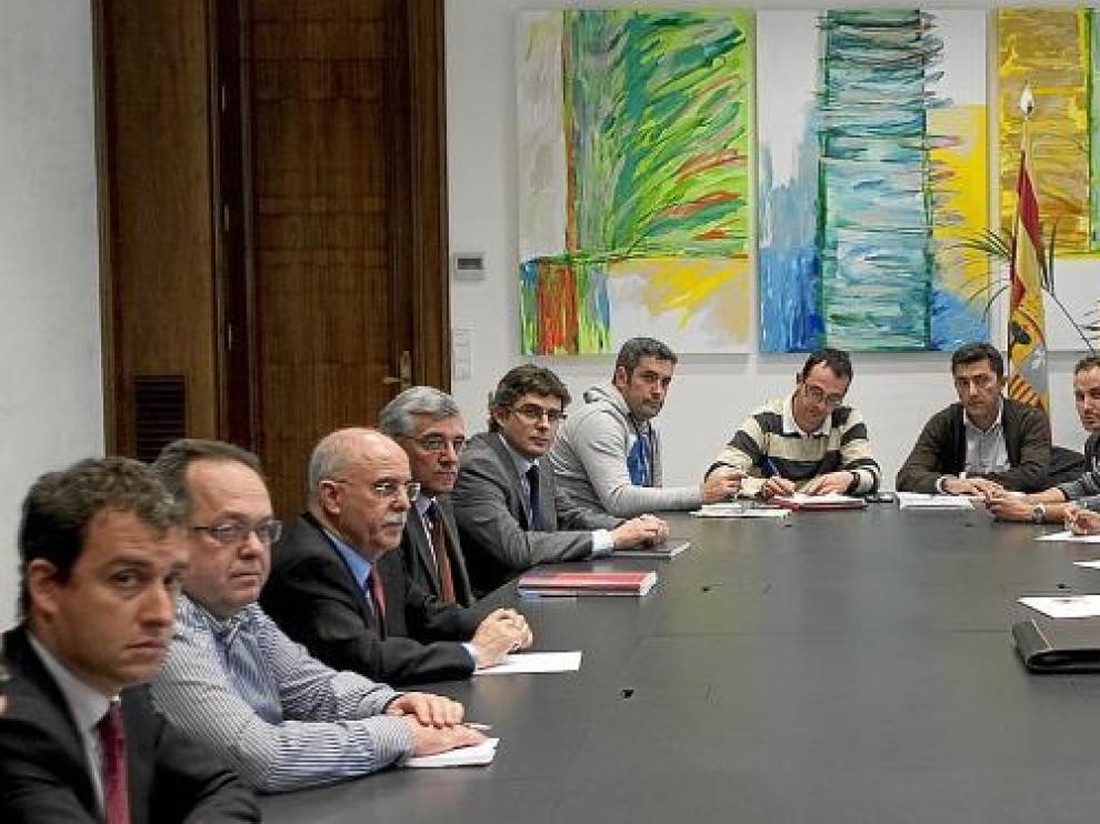 Reunión convocada ayer por el consejero de Economía, Alberto Larraz, para acelerar la negociación entre dirección y comité de Lear.