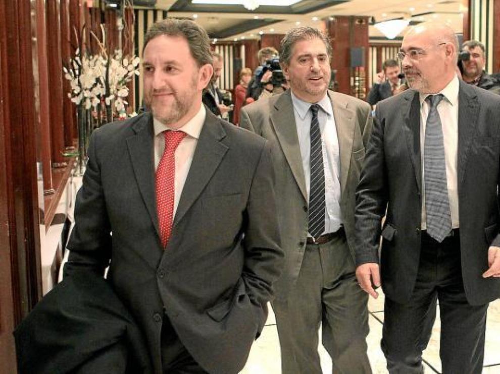 Jesús Eguiguren, en el centro, al término de una conferencia ayer en Guipúzcoa.
