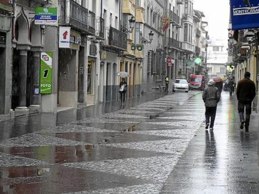 Jaca. En Jaca también se registraron precipitciones en forma de nieve, que no llegaron a cuajar como se aprecia en esta fotografía de la calle Mayor.