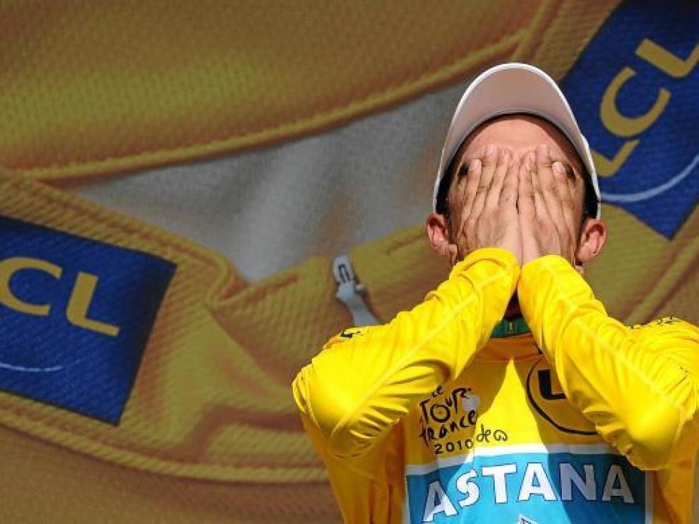 El español Alberto Contador, en el podio del Tour de Francia.