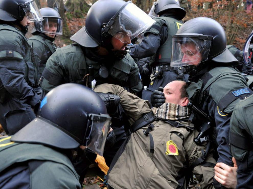 Un manifestante es retirado por la policía alemana de las vías del tren en Harlingen (Alemania), para impedir el paso de un tren proveniente de Francia con basura radiactiva.