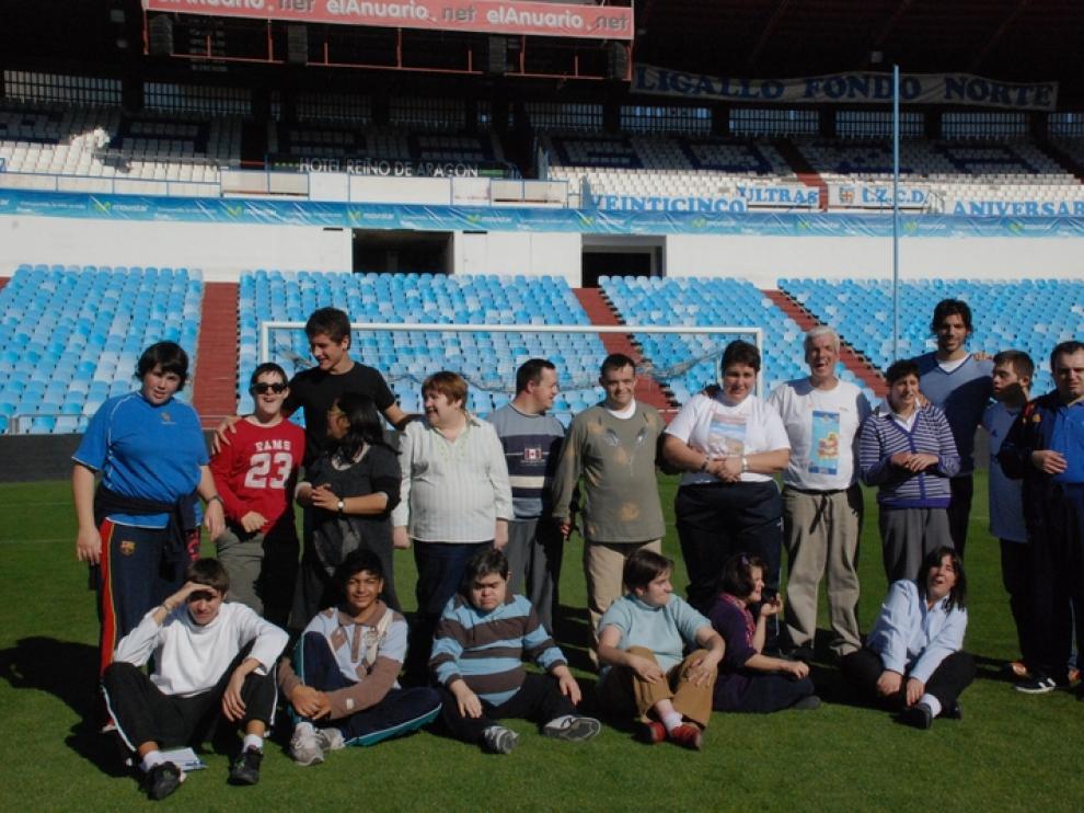 Ander Herrera y Ángel Lafita junto a varios miembros de Atades.